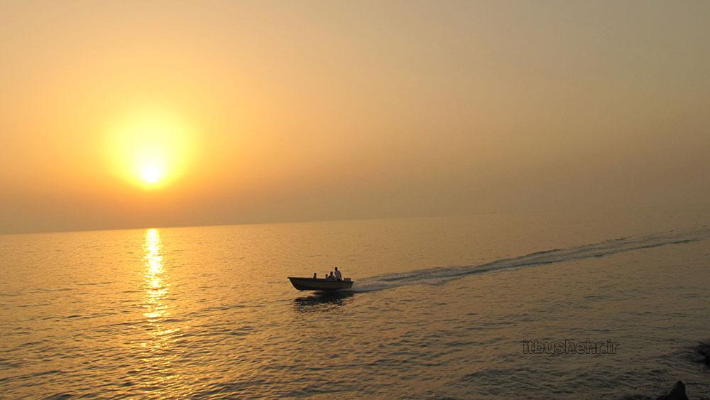 قایق در غروب ساحل